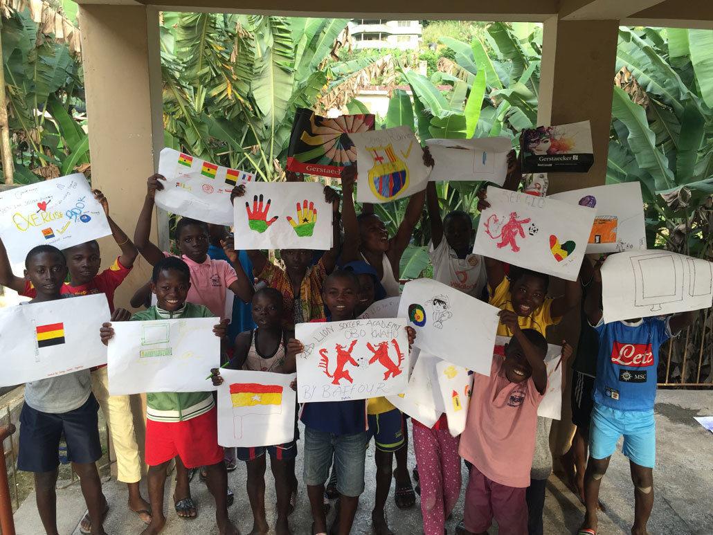 Waisenkinder Aus Ghana Präsentieren Stolz Ihre Selbstgemalten Kunstwerke